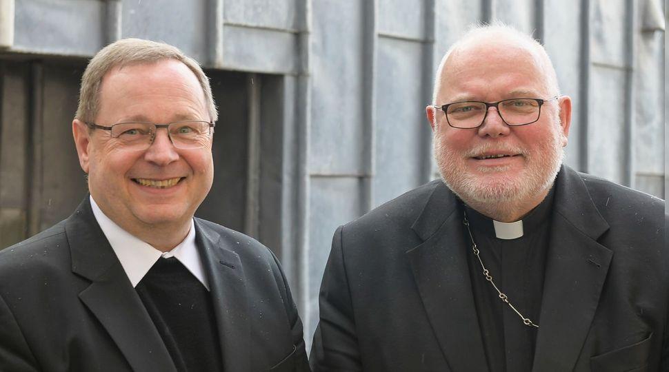 Der neue Vorsitzende der Deutschen Bischofskonferenz, Bischof Dr. Georg Bätzing (Limburg), mit dem scheidenden Vorsitzenden, Kardinal Reinhard Marx (v. li.)